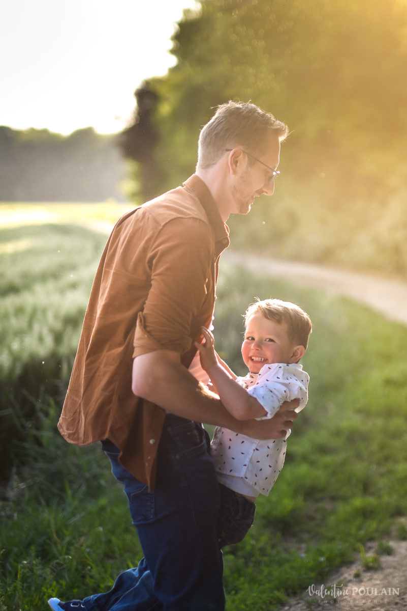 Seance grossesse famille coucher soleil fils - Valentine Poulain