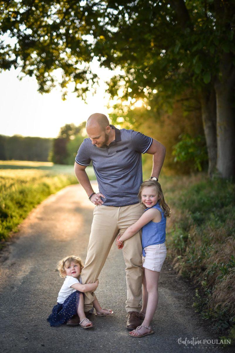 Séance photo Famille champs blé - Valentine Poulain accrochées jambes