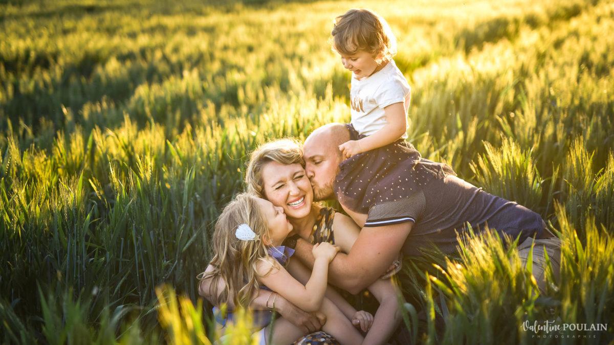 Séance photo Famille champs blé - Valentine Poulain couchés