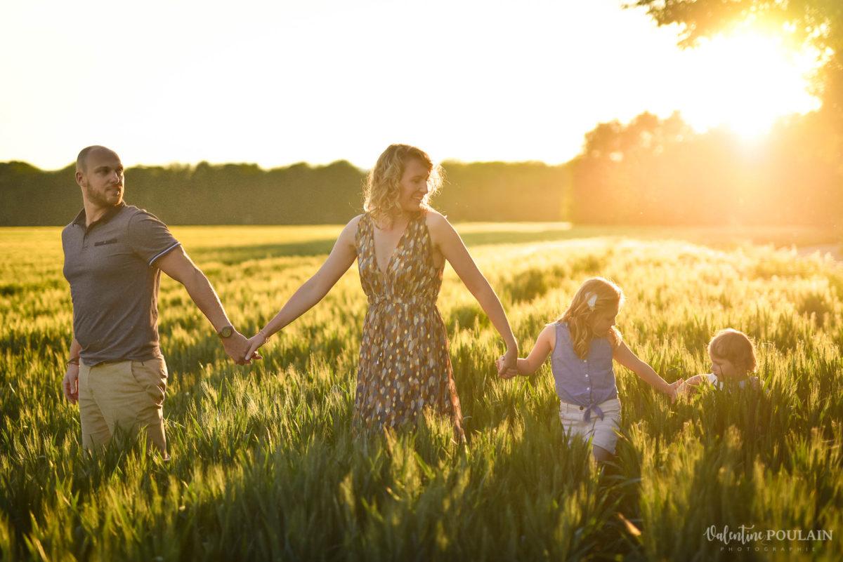 Séance photo Famille champs blé - Valentine Poulain marcher à 4