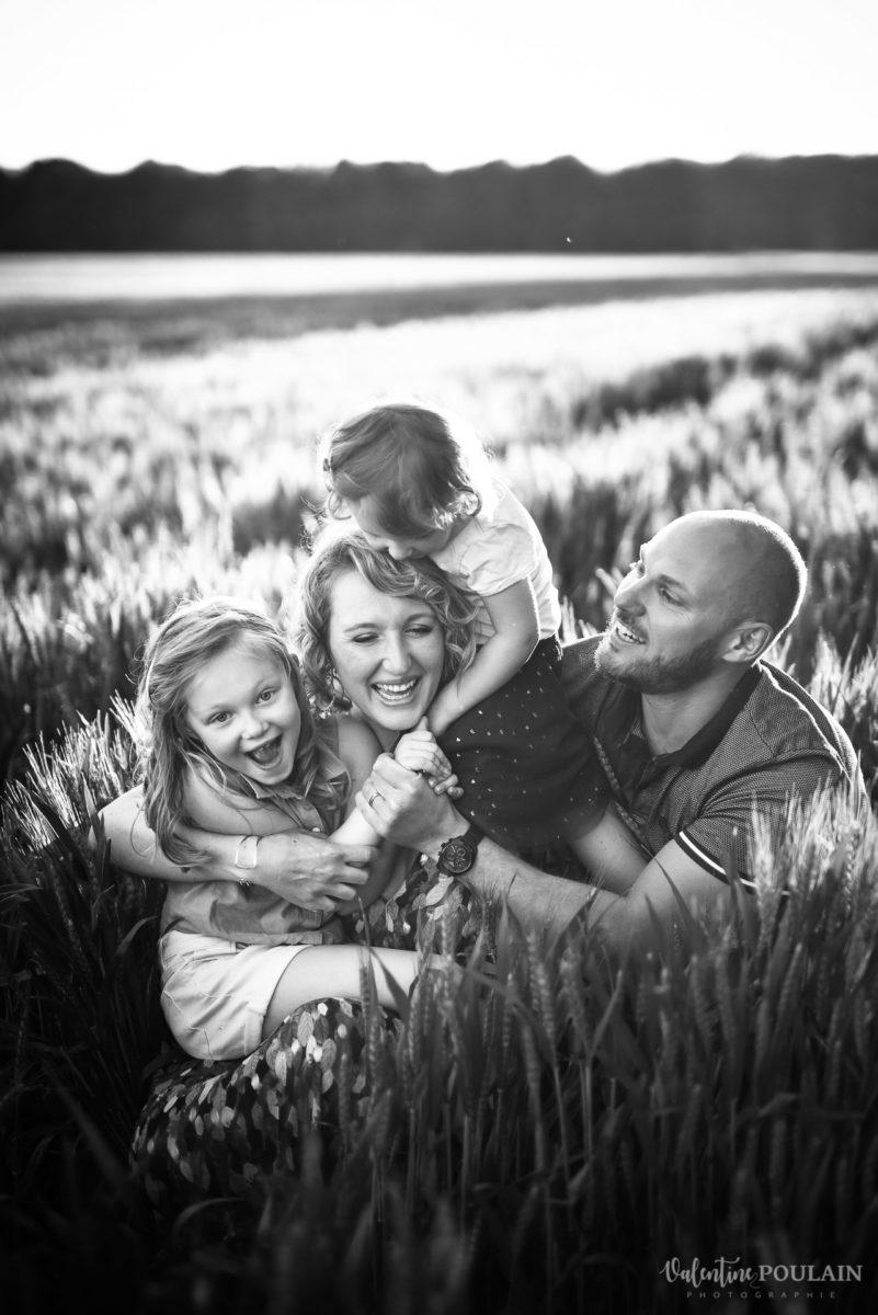 Séance photo Famille champs blé - Valentine Poulain câlin