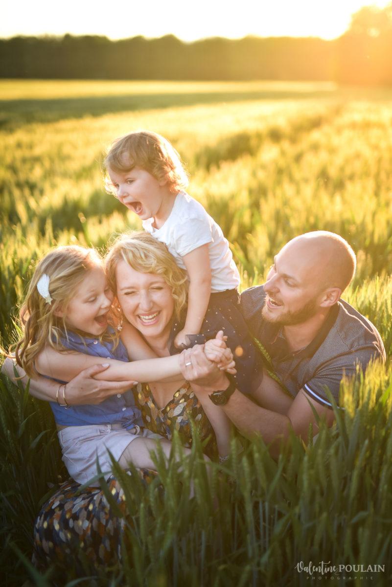 Séance photo Famille champs blé - Valentine Poulain câlins