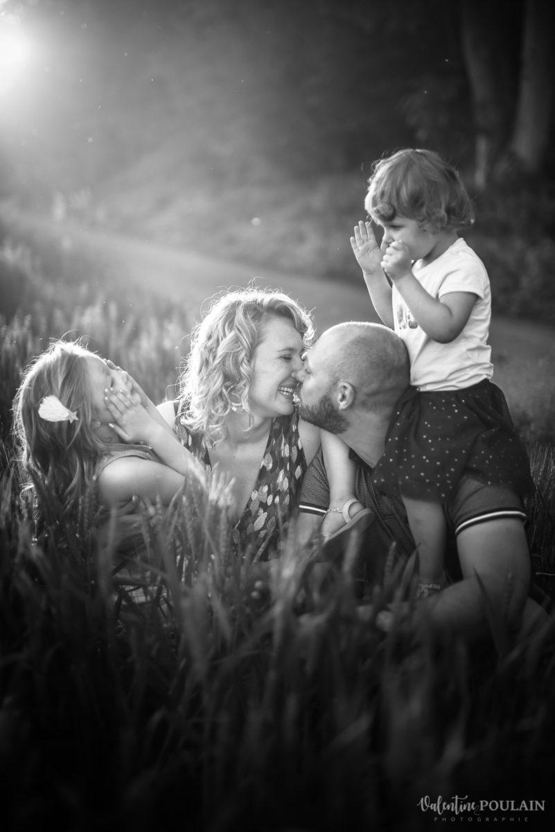Séance photo Famille champs blé - Valentine Poulain kiss