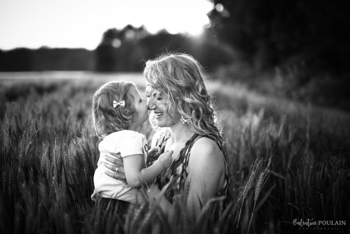Séance photo Famille champs blé - Valentine Poulain n&b bisou