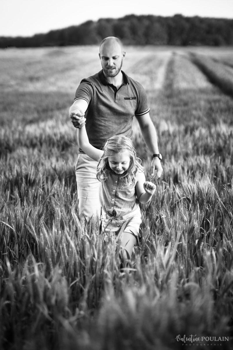 Séance photo Famille champs blé - Valentine Poulain traverser