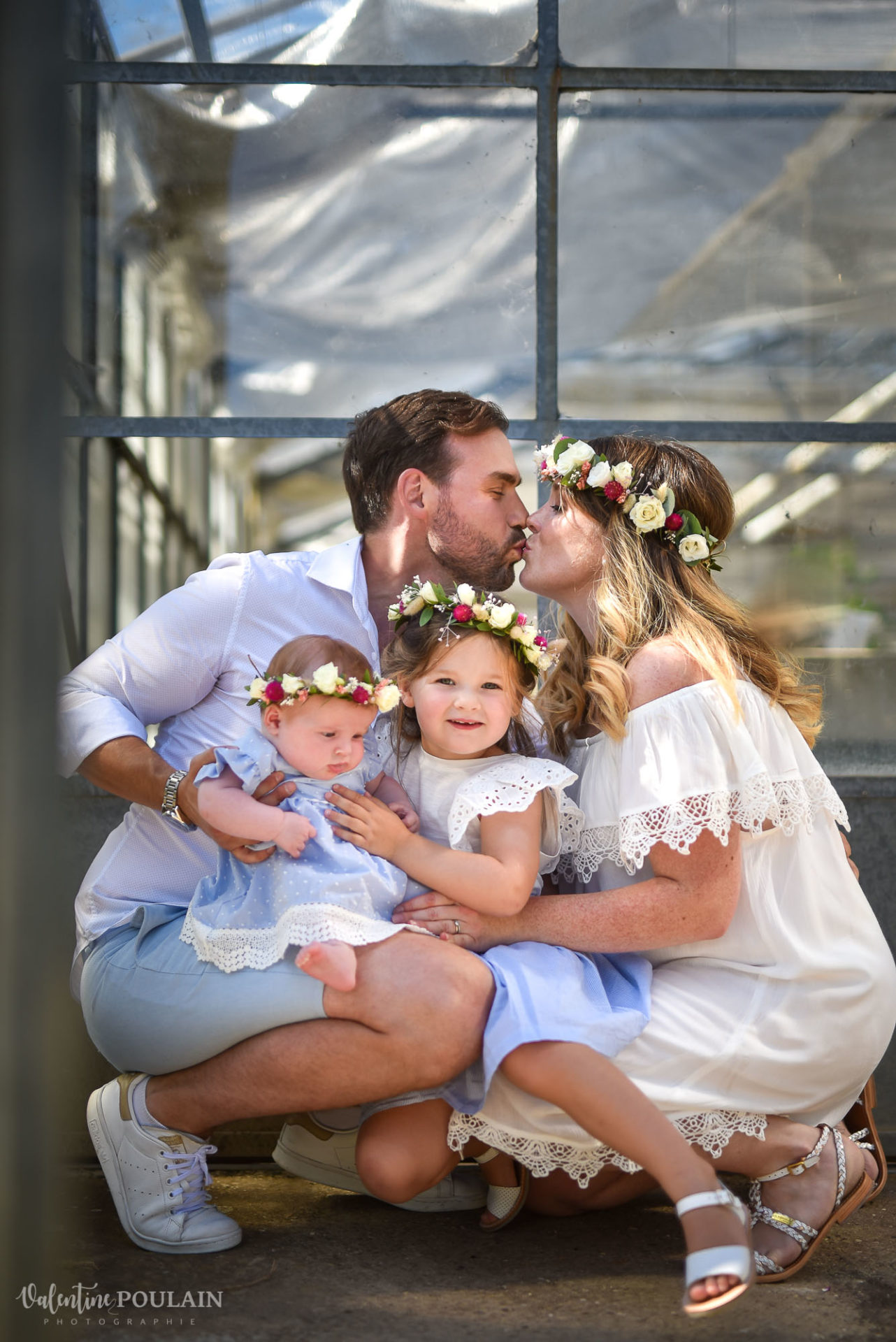Shooting famille soeurs serre - Valentine Poulain bisou