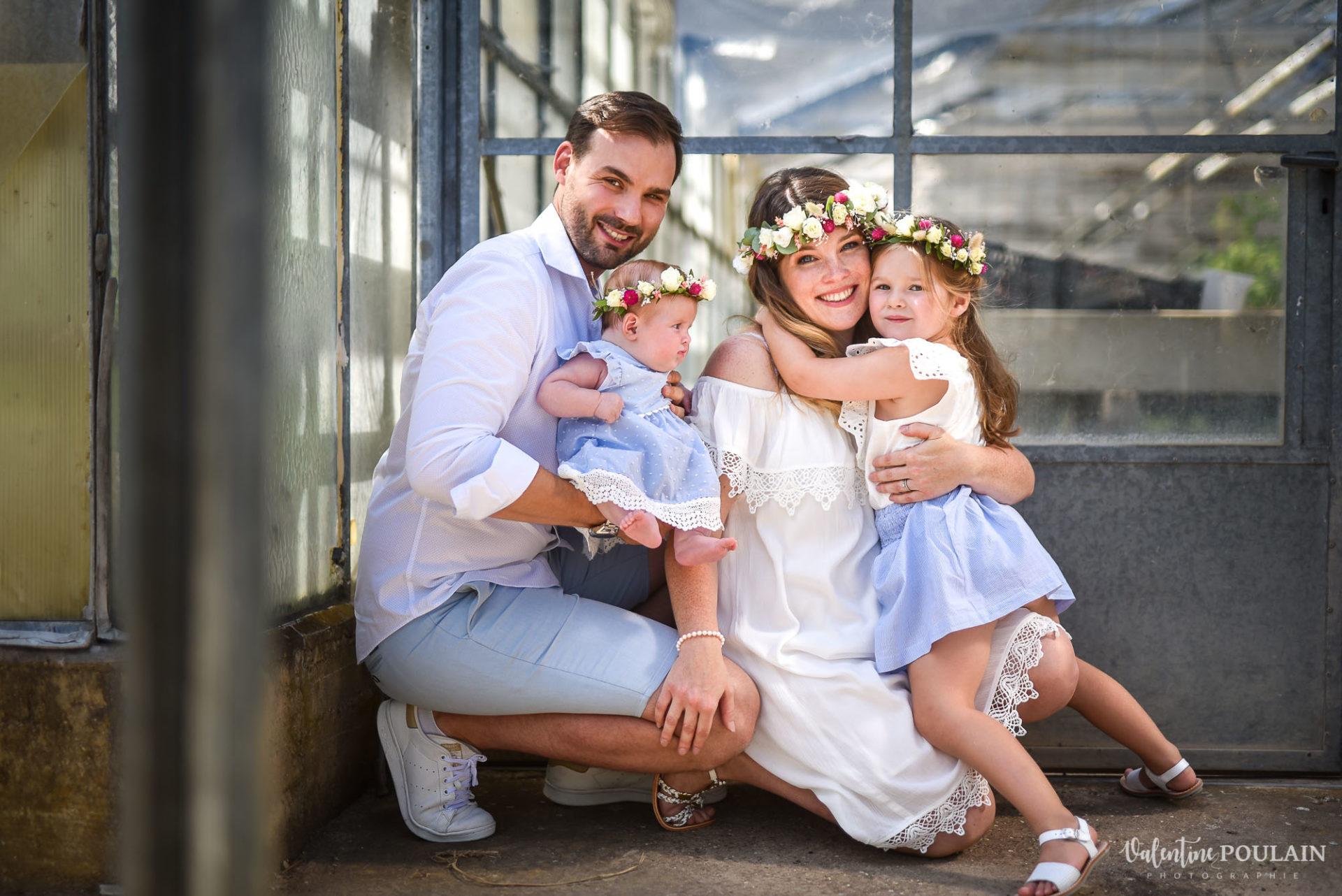 Shooting famille soeurs serre - Valentine Poulain câlin