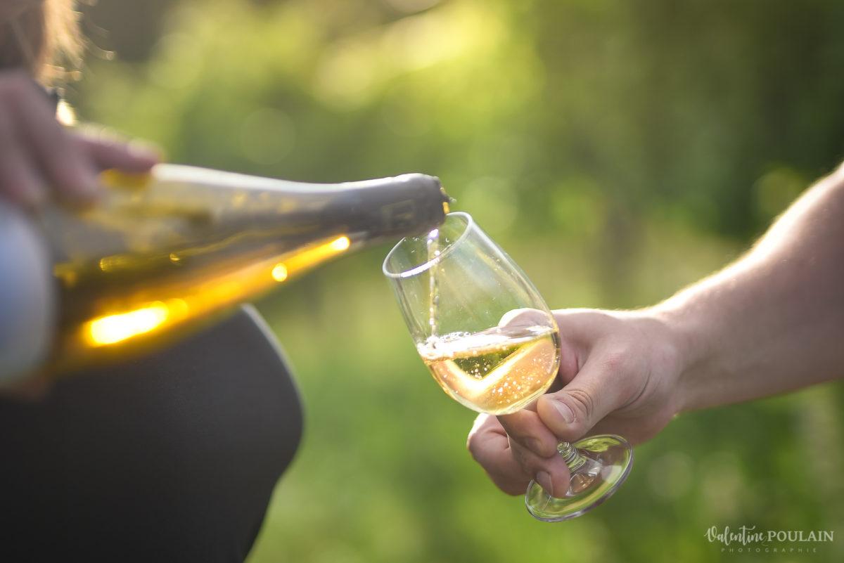 servir bouteilles photo corporate Domaine vigneron - Valentine Poulain