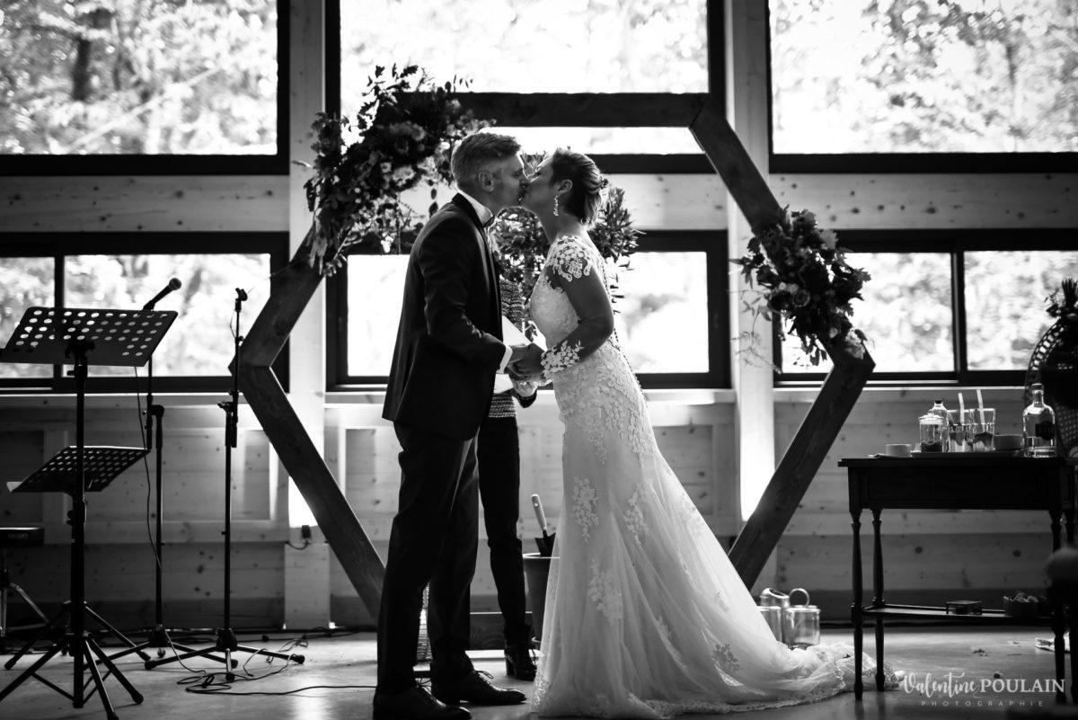 Mariage rock automne Domaine du Hirtz - Valentine Poulain cérémonie laïque bisou