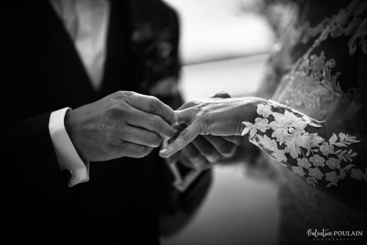 Mariage rock automne Domaine du Hirtz - Valentine Poulain cérémonie laïque bagues alliances