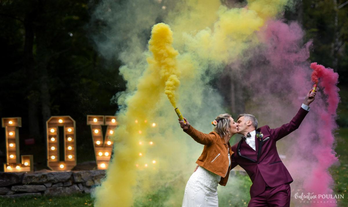 Mariage rock automne Domaine du Hirtz - Valentine Poulain couple fumigènes
