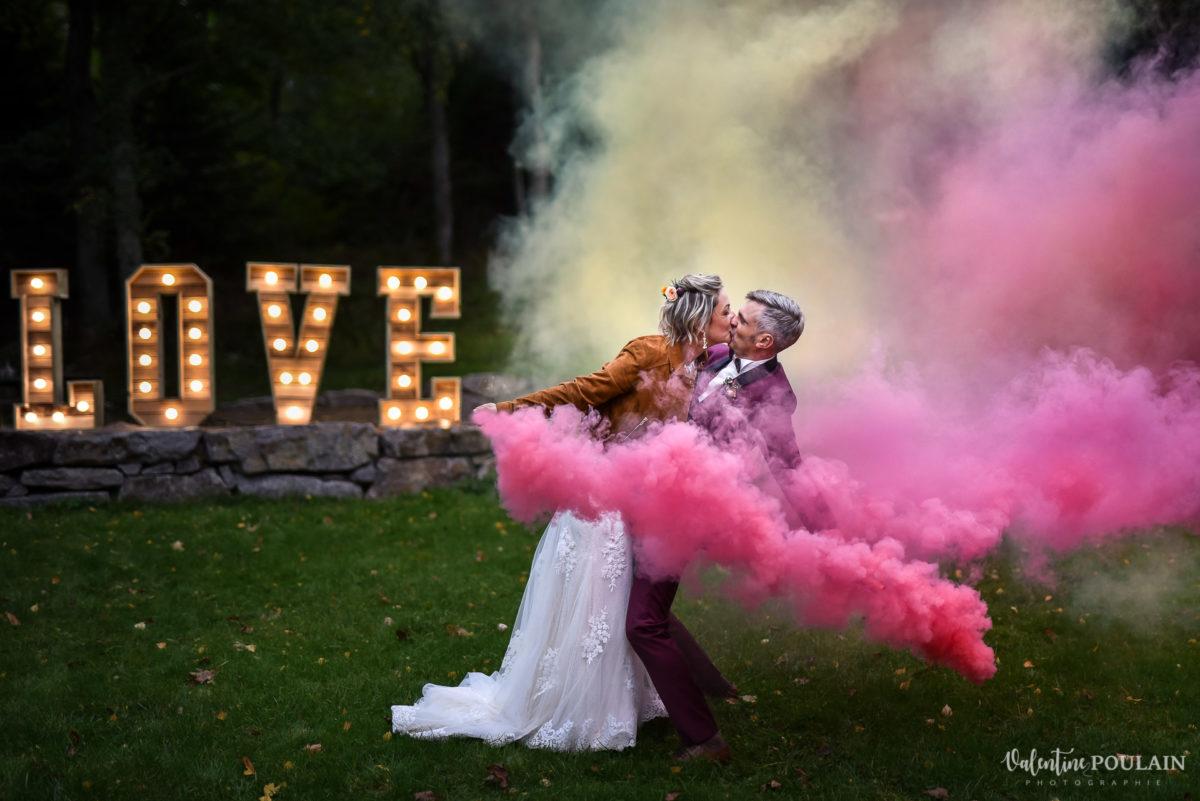 Mariage rock automne Domaine du Hirtz - Valentine Poulain couple fumigène
