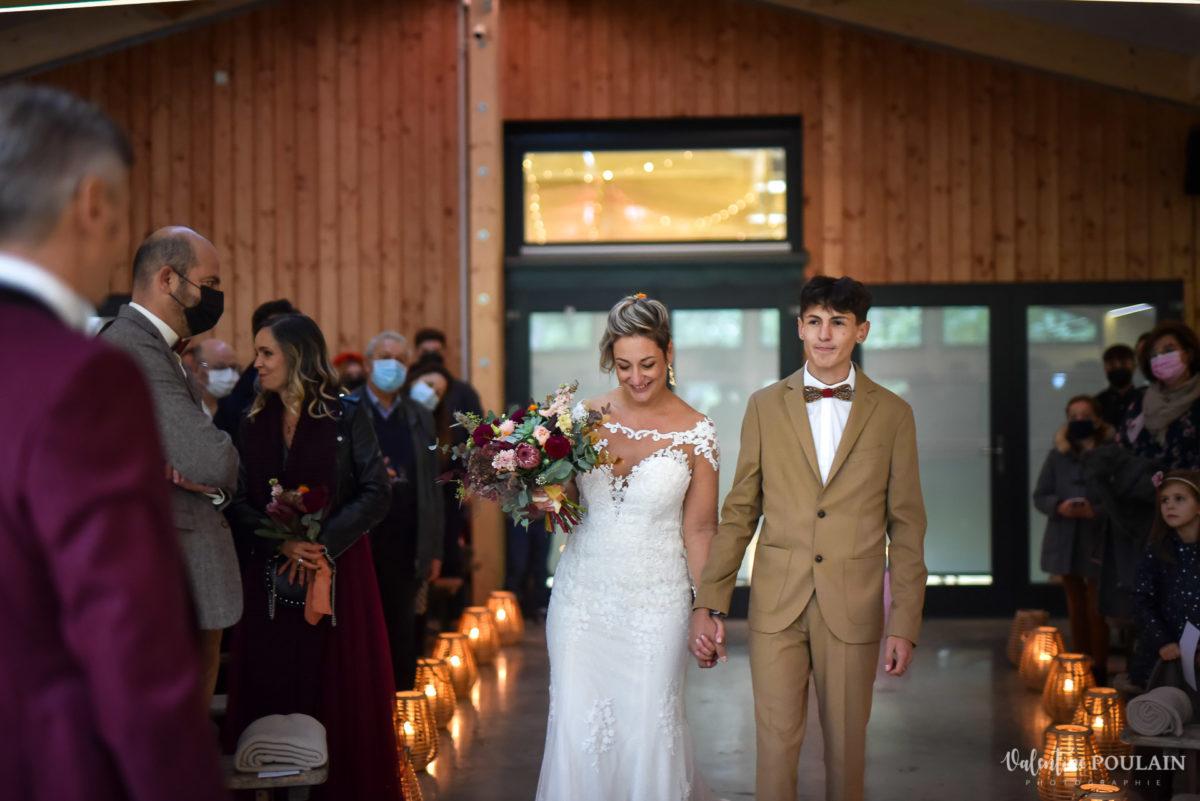 Mariage rock automne Domaine du Hirtz - Valentine Poulain arrivée mariée et fils