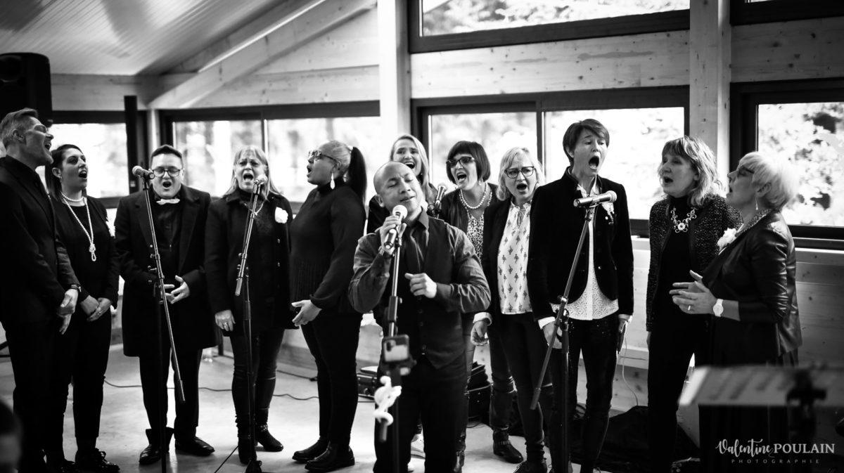 Mariage rock automne Domaine du Hirtz - Valentine Poulain cérémonie laïque chant