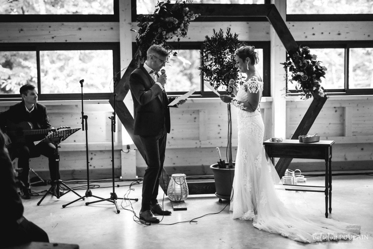 Mariage rock automne Domaine du Hirtz - Valentine Poulain cérémonie laïque slam