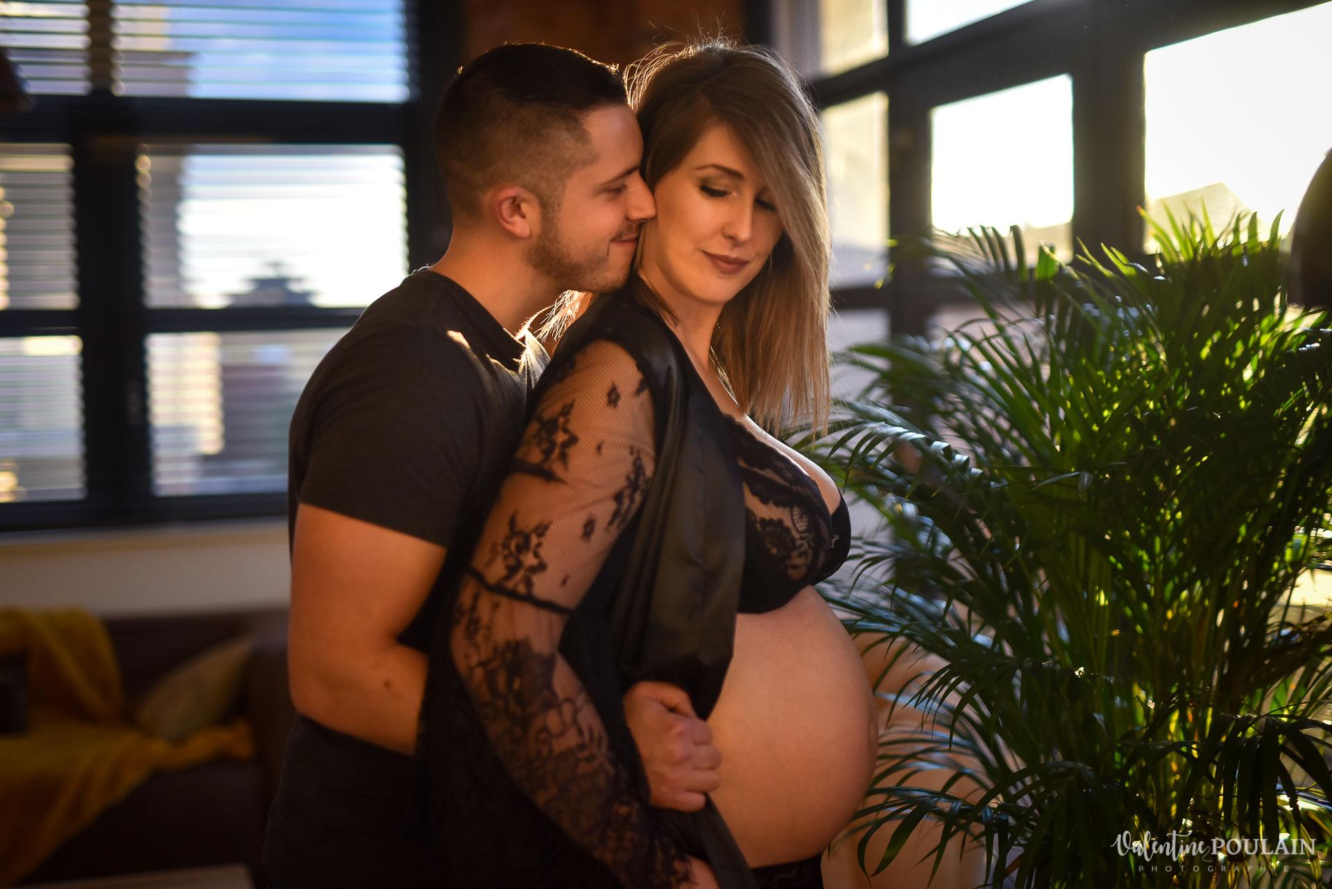 Boudoir grossesse couple - Valentine Poulain complices