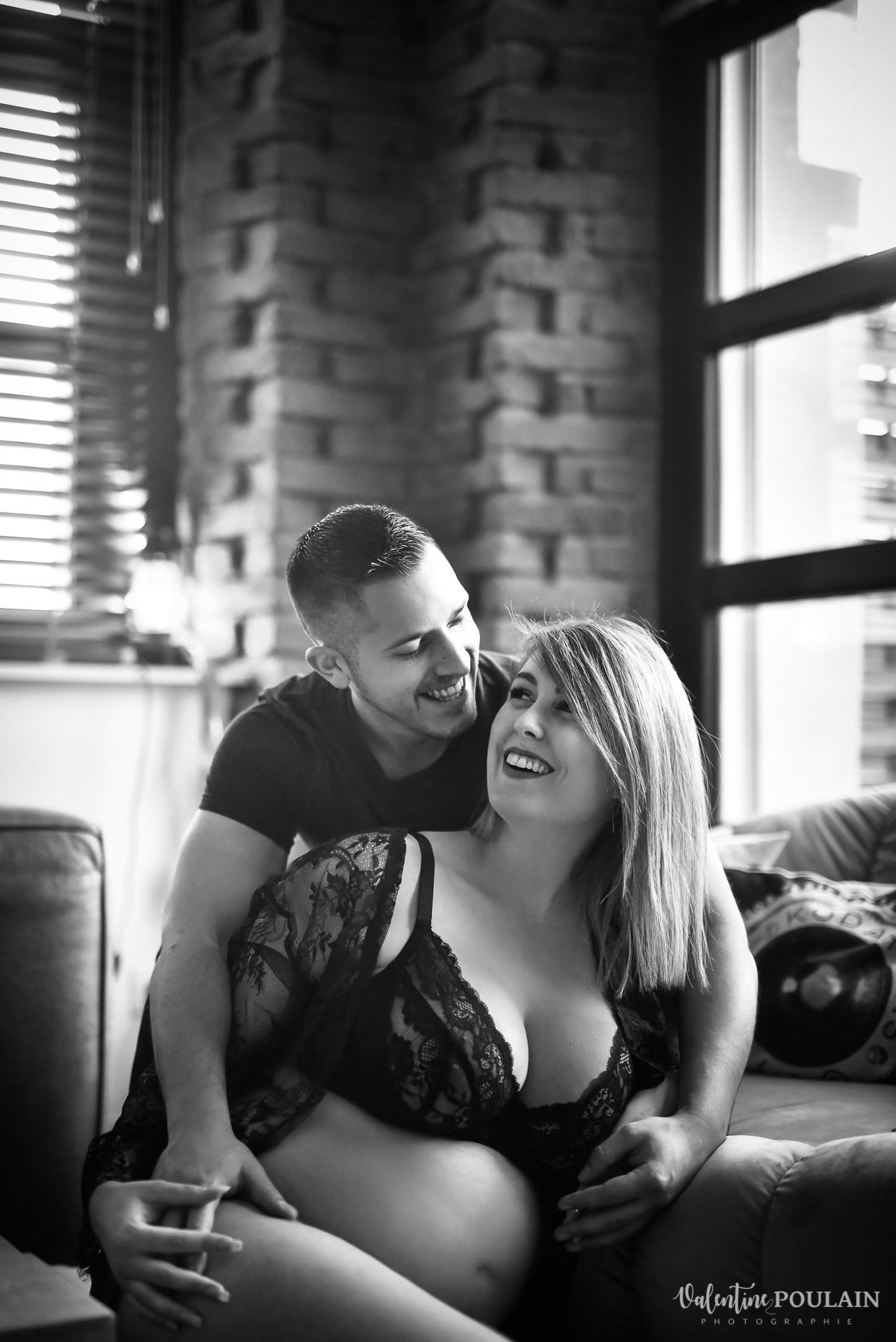 Boudoir grossesse couple - Valentine Poulain rire n&b