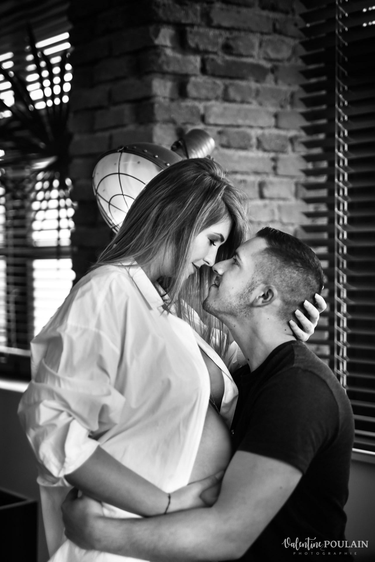 Boudoir grossesse couple - Valentine Poulain tête à tête
