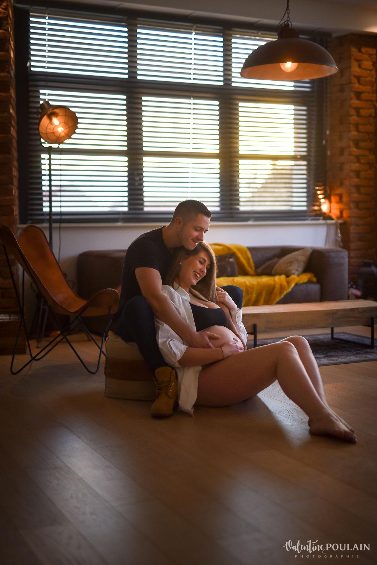Boudoir grossesse couple - Valentine Poulain sol