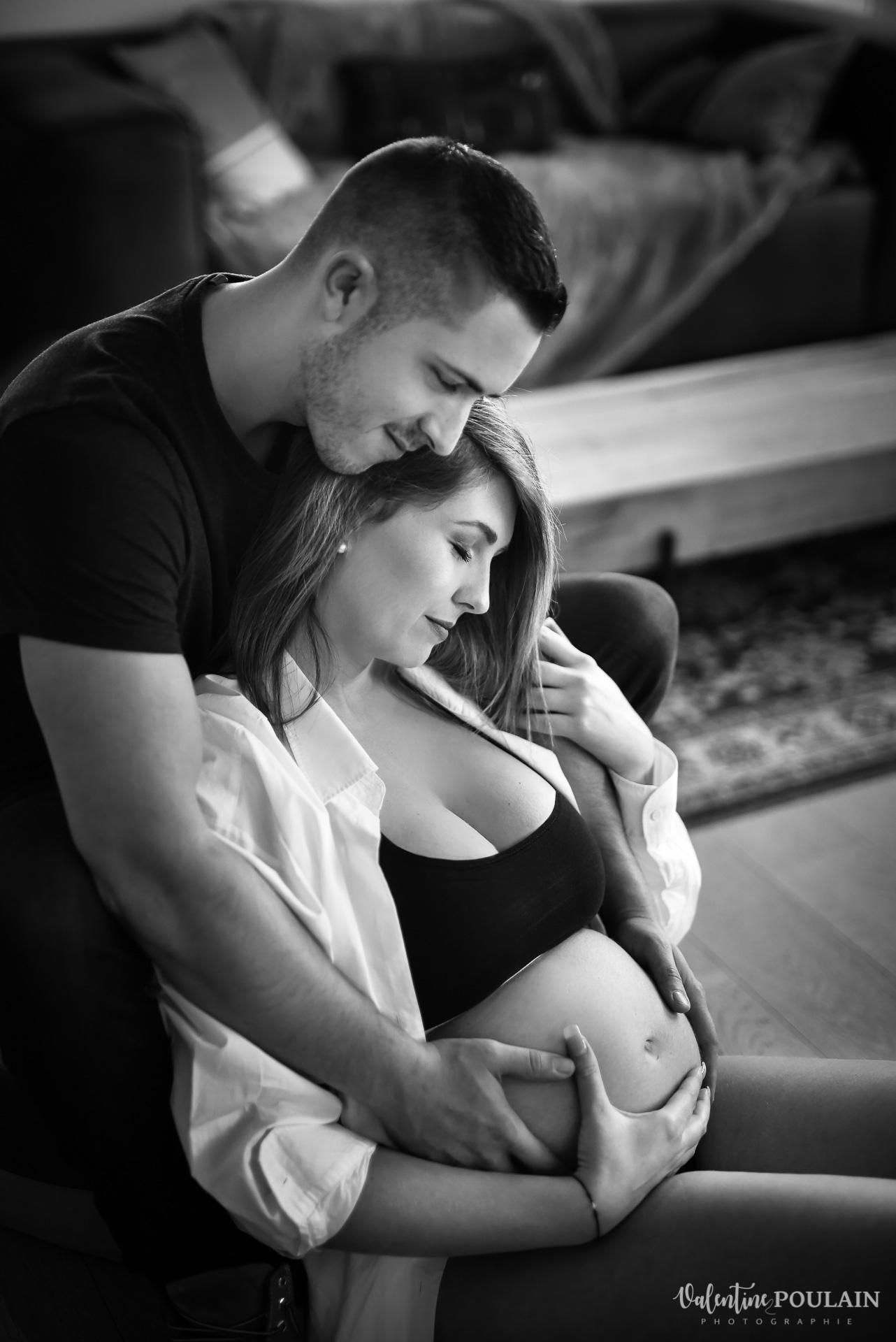 Boudoir grossesse couple - Valentine Poulain câlin
