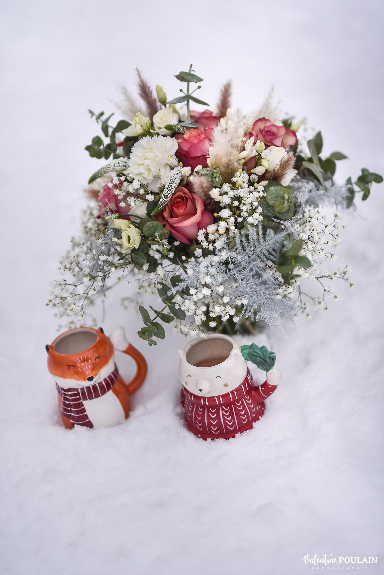 Photo mariage neige hiver - Valentine Poulain tasses bouquet