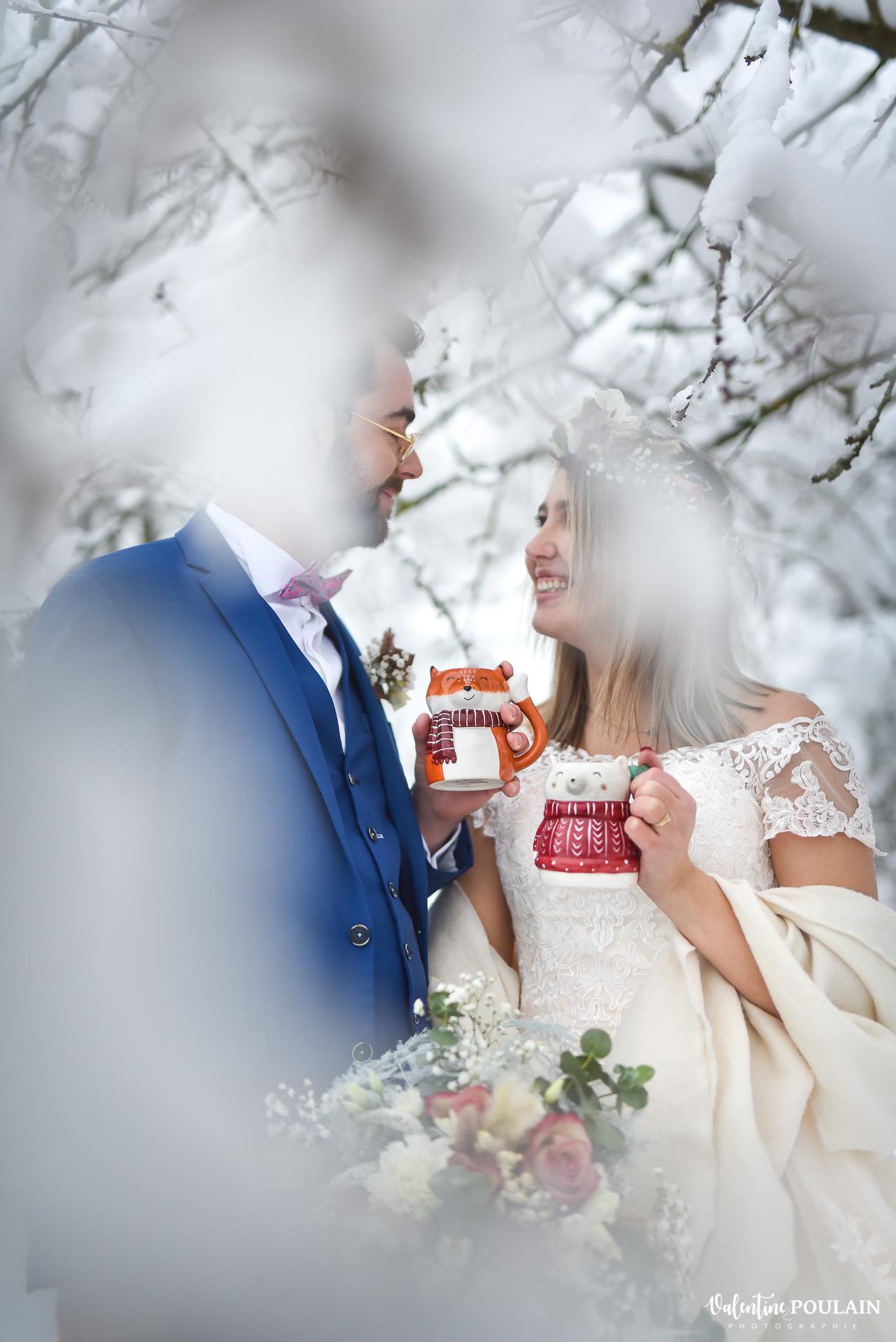 Photo mariage neige hiver - Valentine Poulain trinquent