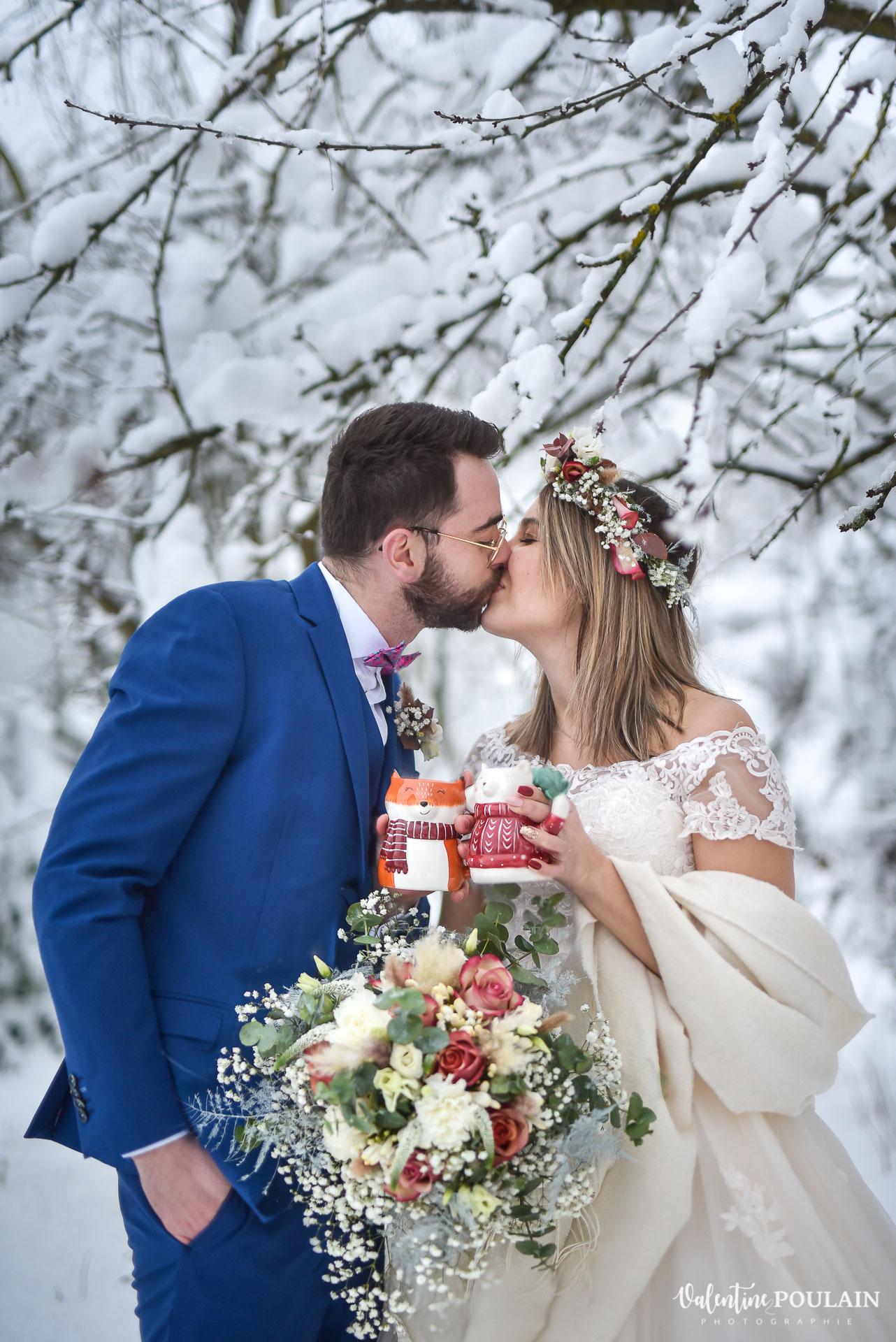 Photo mariage neige hiver - Valentine Poulain bisou