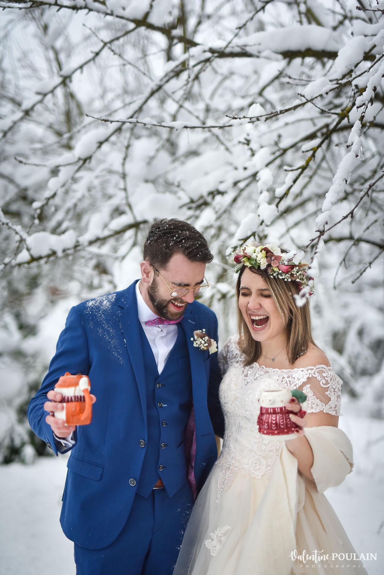 Photo mariage neige hiver - Valentine Poulain fou-rire