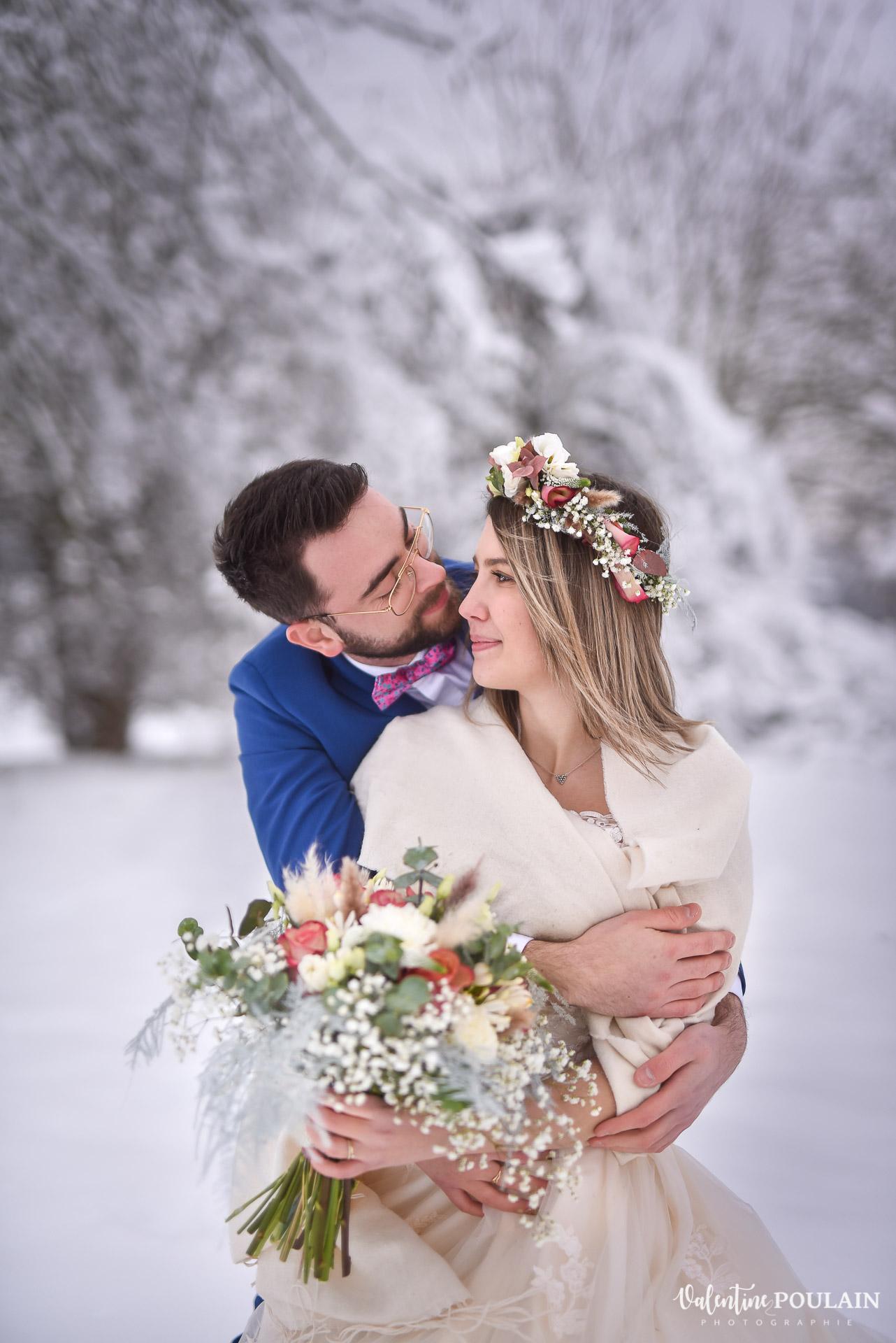 Photo mariage neige hiver - Valentine Poulain câlin
