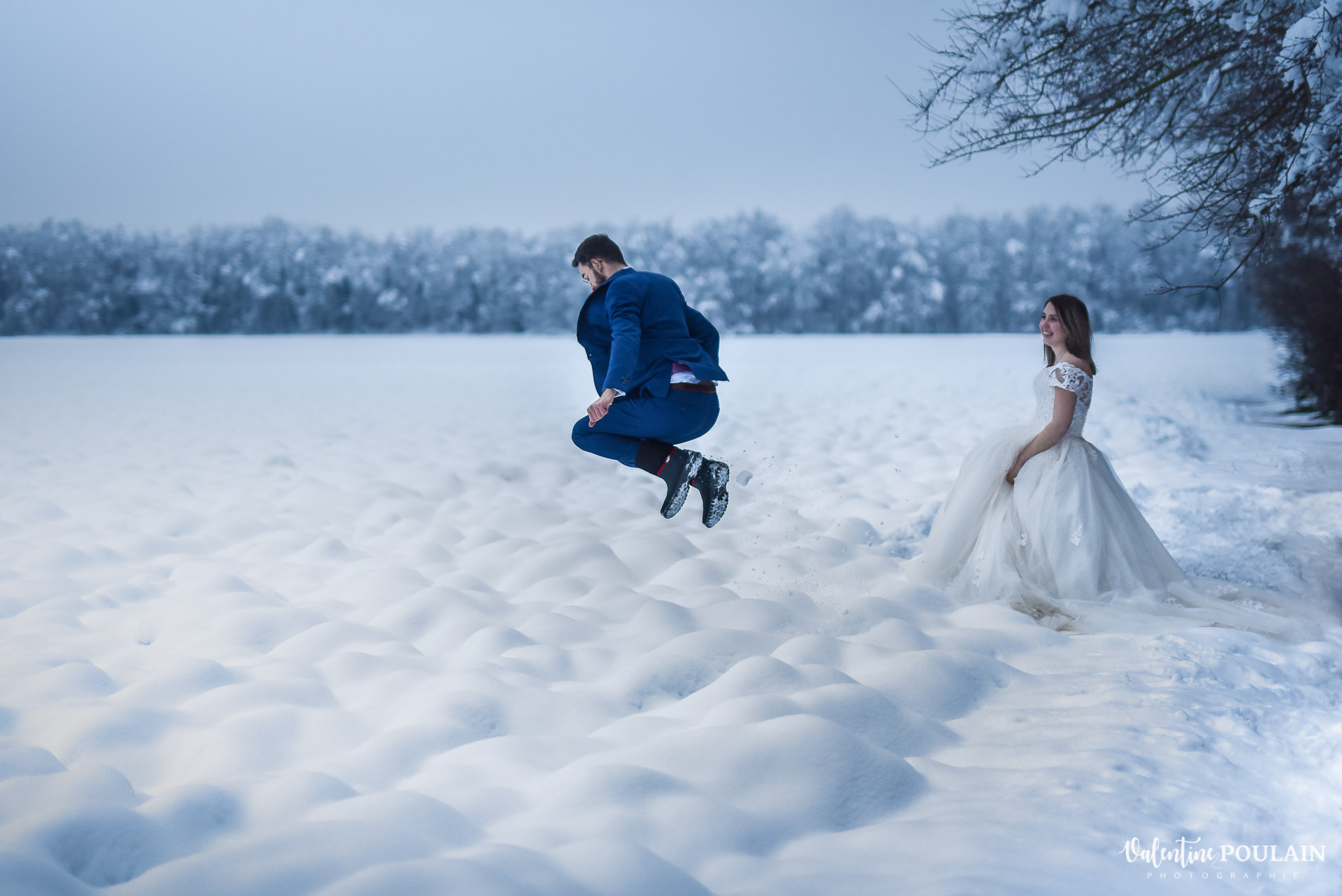 Photo mariage neige hiver - Valentine Poulain saut