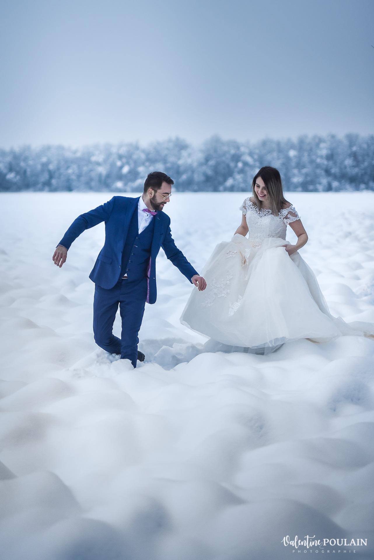 Se marier en hiver sous la neige - Valentine Poulain marchent