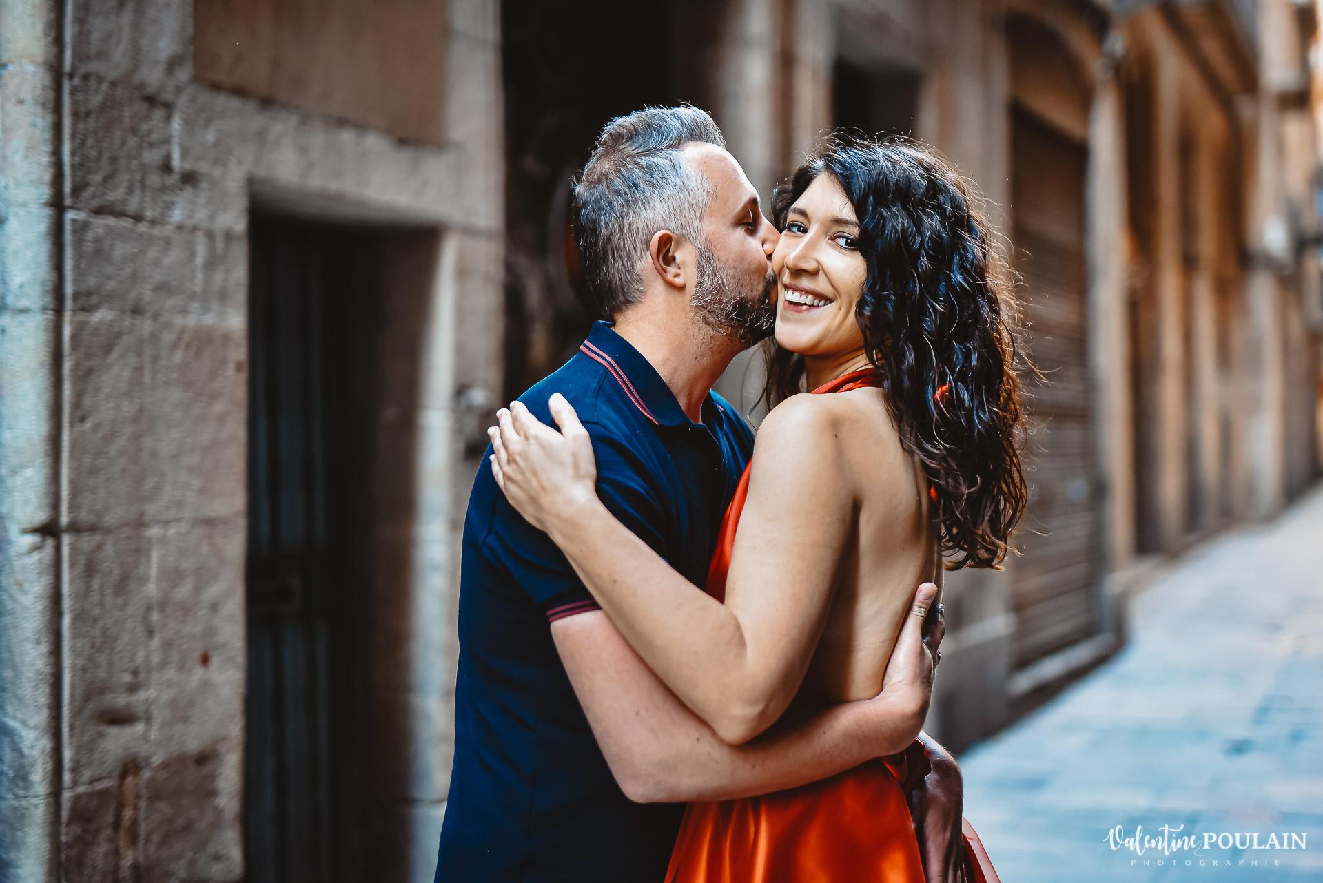 Séance photo couple Barcelone - Valentine Poulain baiser