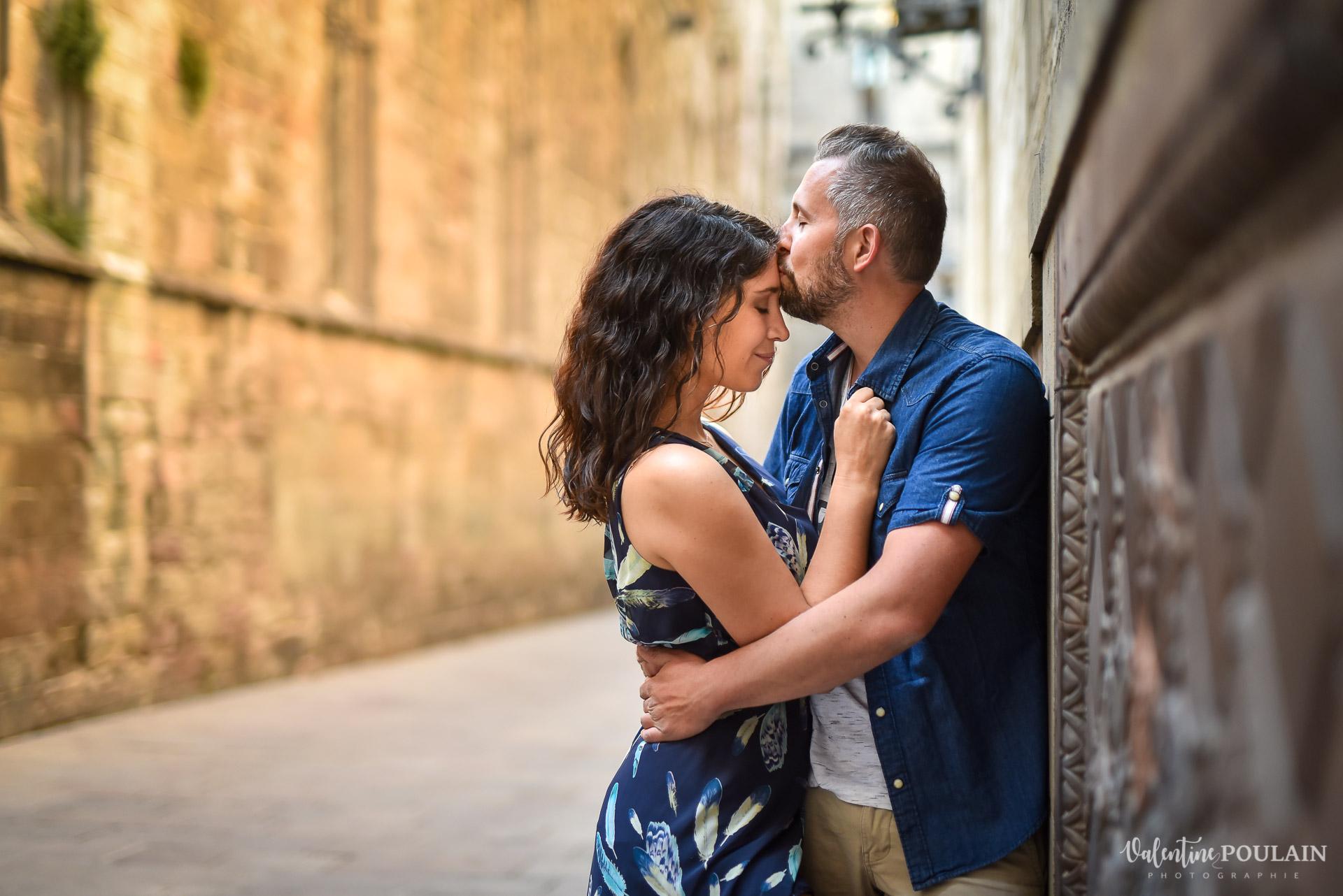 Séance photo couple Barcelone - Valentine Poulain bisou front