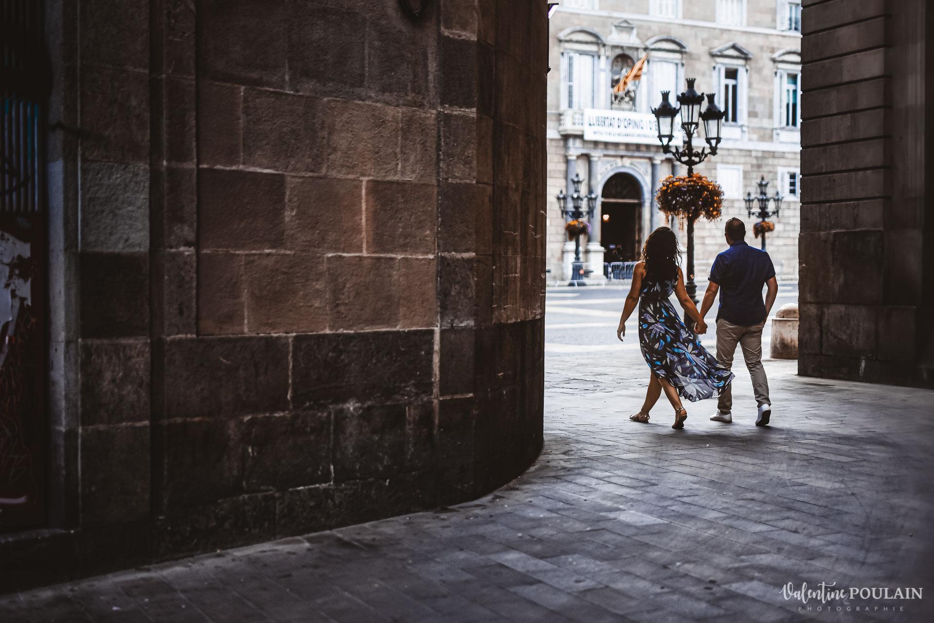 Séance photo couple Barcelone - Valentine Poulain ruelle