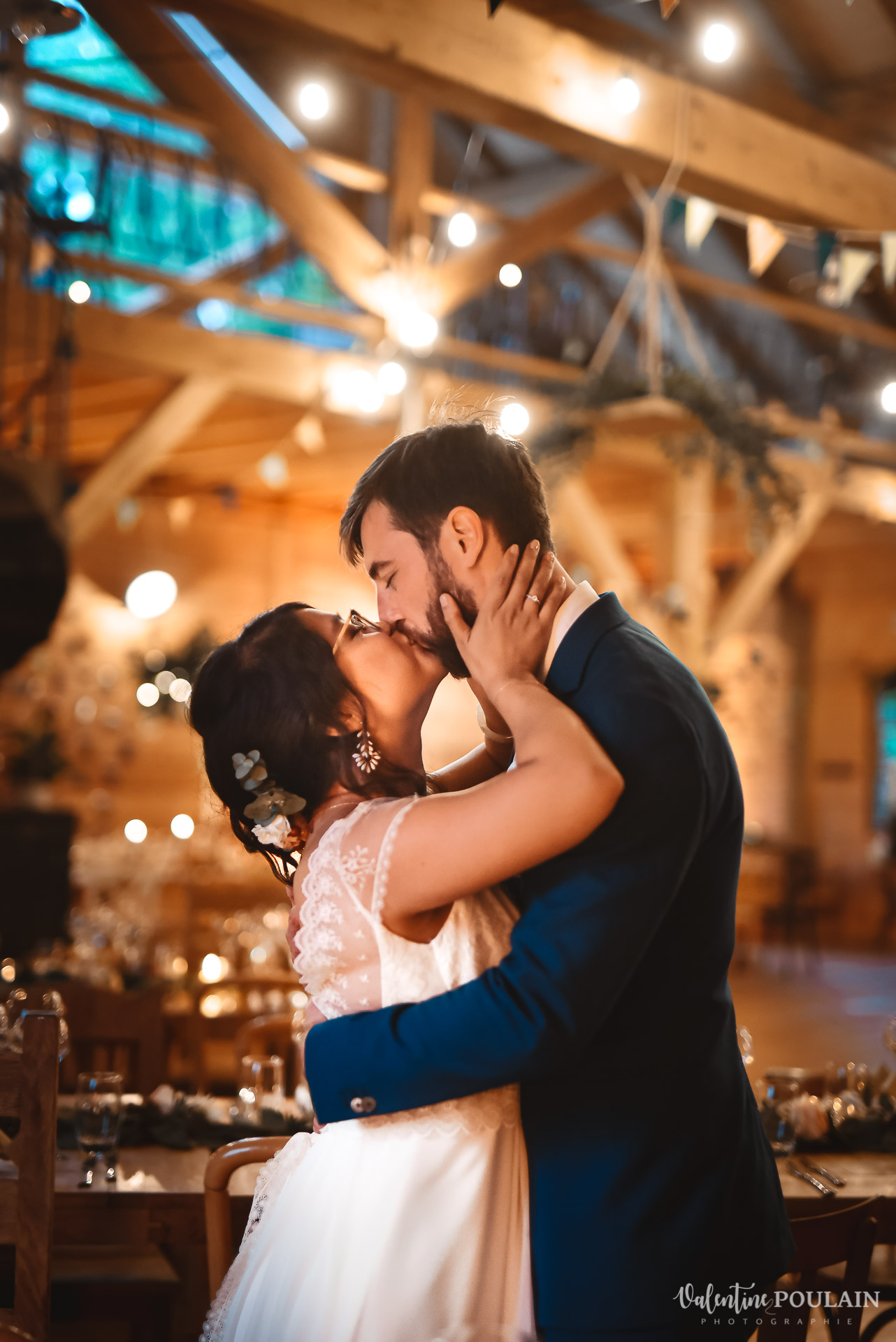 Mariage La Drille au bord de l'eau - Valentine Poulain bisou