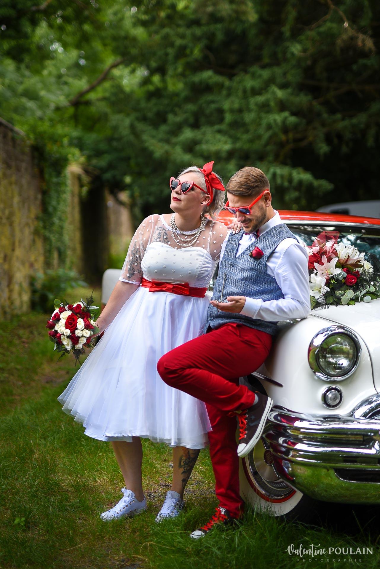 Mariage vintage rockabilly - Valentine Poulain couple regards voiture