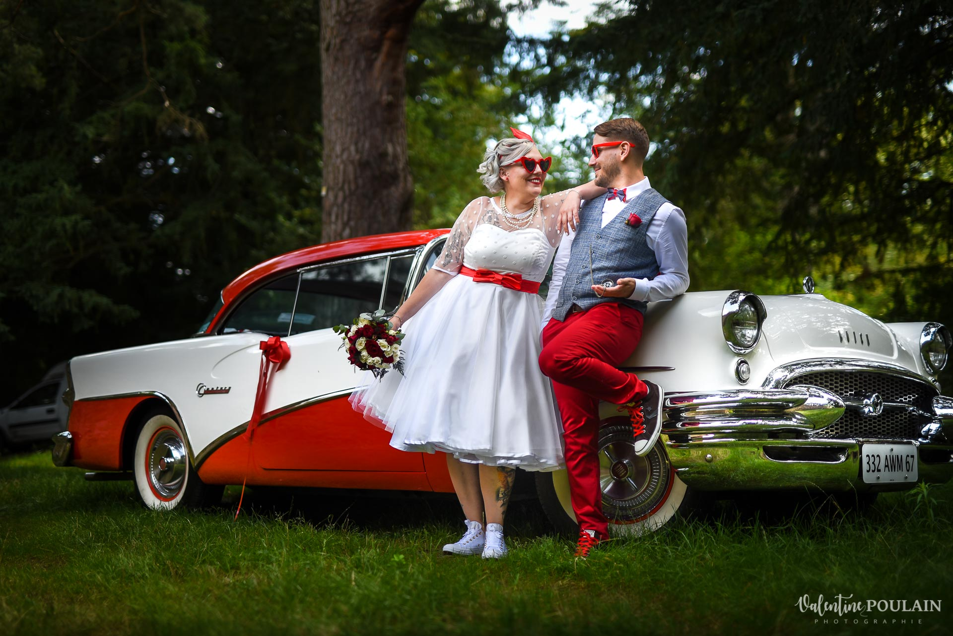 Mariage vintage rockabilly - Valentine Poulain - couple regard voiture