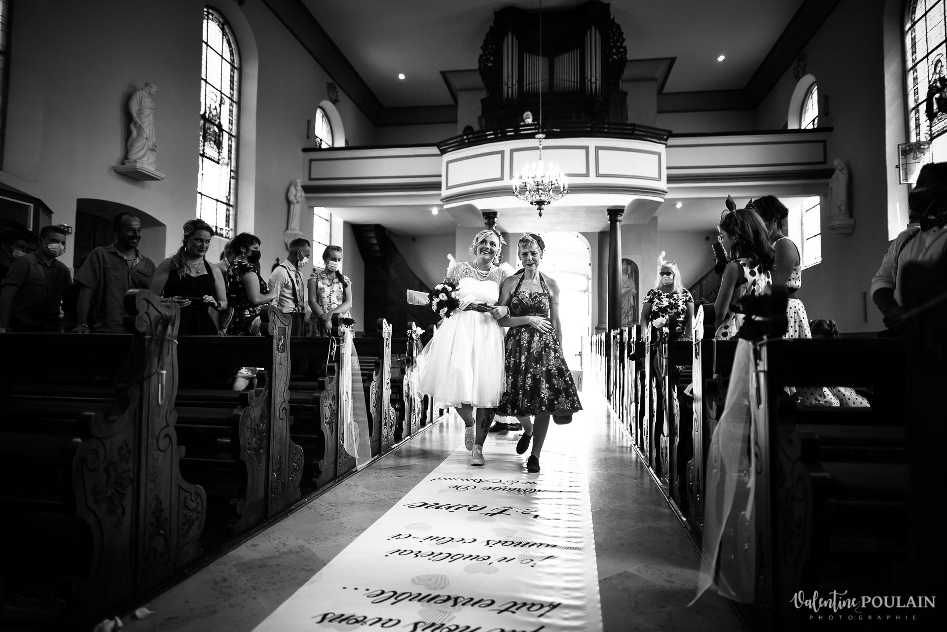 Mariage vintage rockabilly - Valentine Poulain entrée église