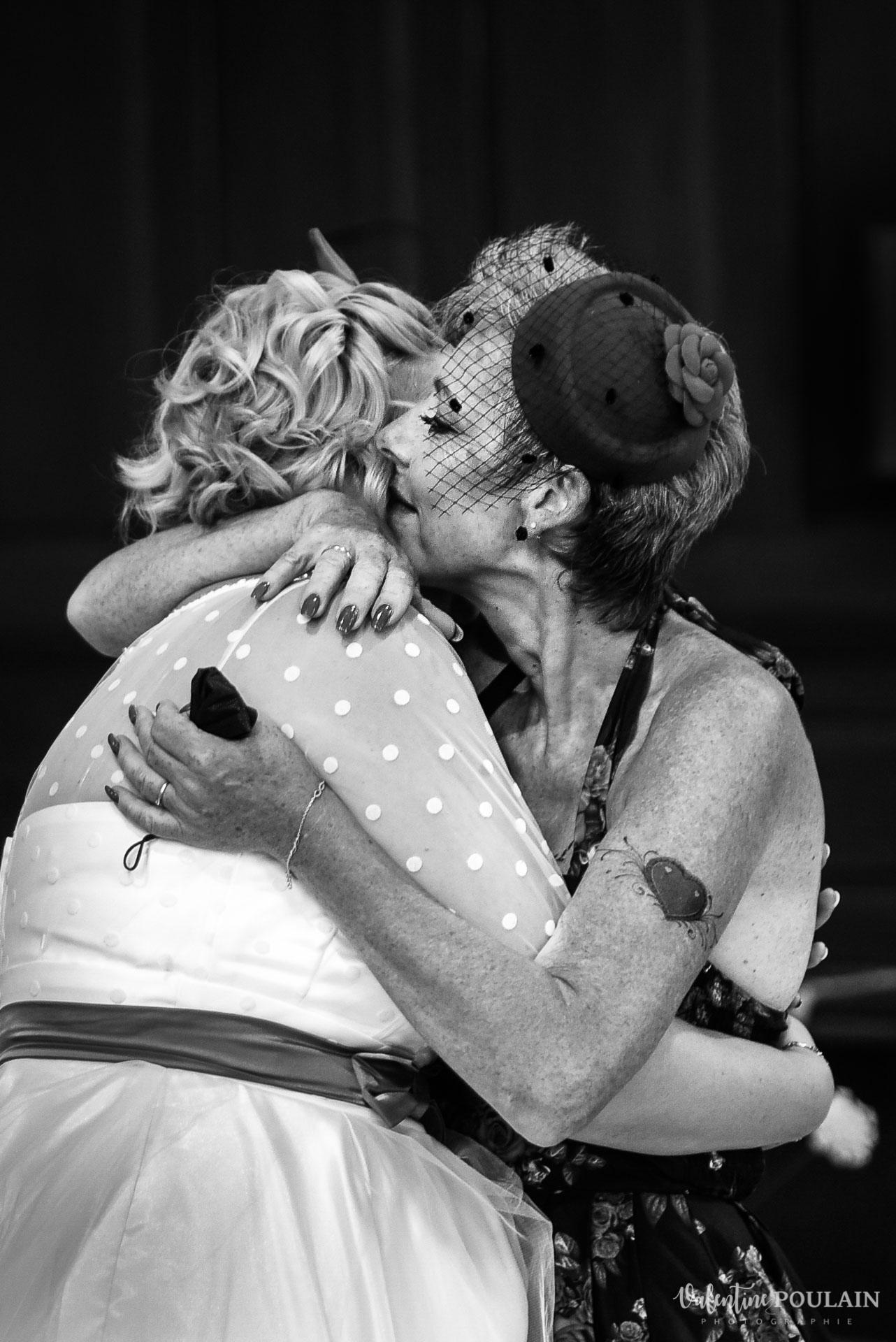 Mariage vintage rockabilly - Valentine Poulain bisou regards maman